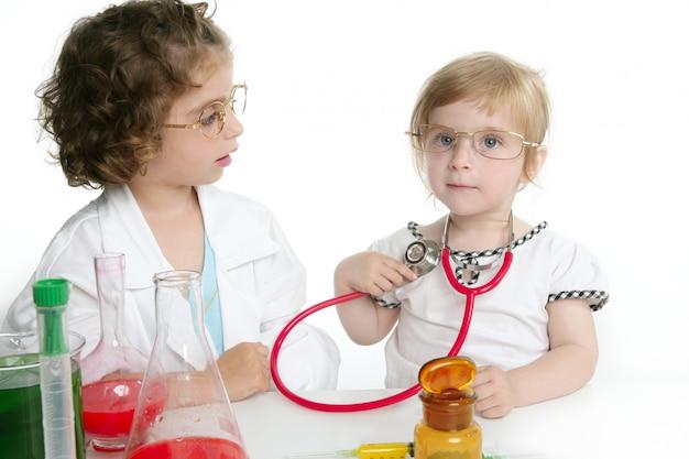 Mädchen, die vortäuschen, doktor im labor zu sein