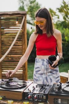 Mädchen dj spielt schallplatten