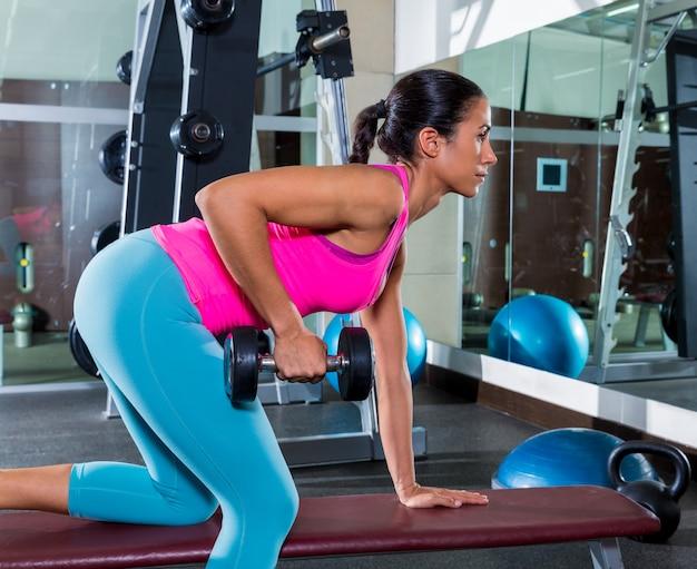 Mädchen ein arm hantel beugte sich über row workout