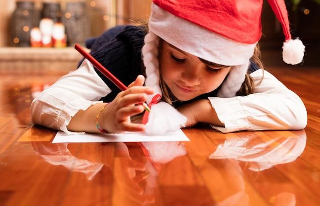 Mädchen einen brief zu schreiben