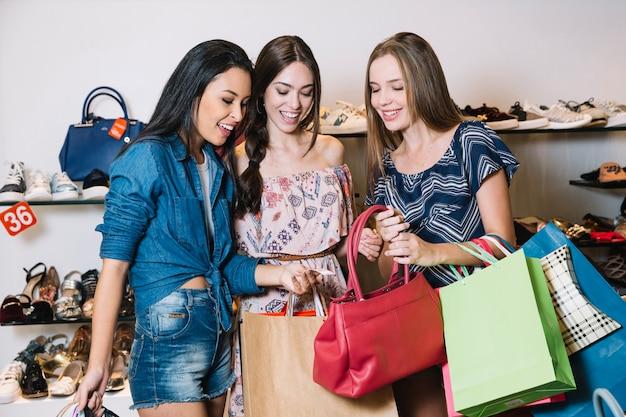 Mädchen erforschen handtasche im shop