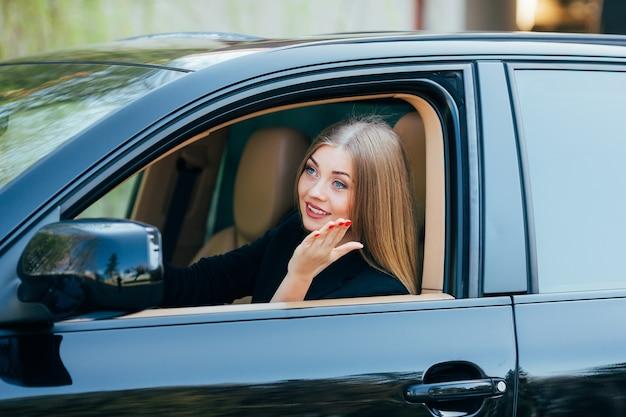 Mädchen fahren auto und schauen vom fenster mit fußgänger