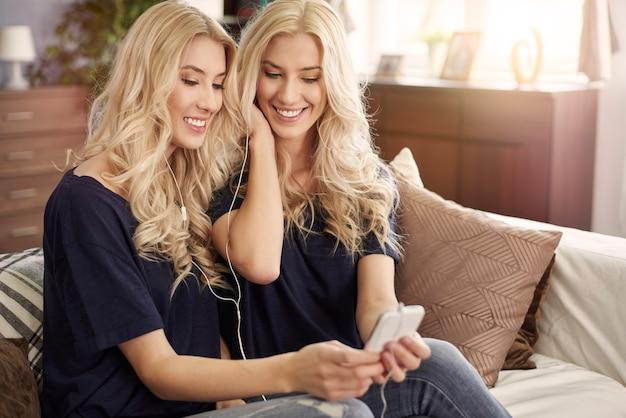 Mädchen fanden lieblingslied aus der kindheit