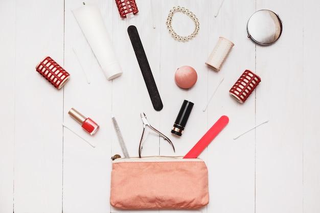 Mädchen fashionista kann in ihre kleine handtasche millionen artikel setzen.