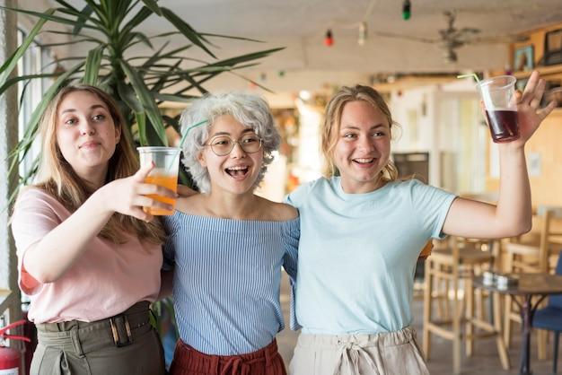 Mädchen feiern gemeinsam das ende der quarantäne