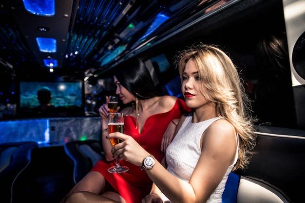 Mädchen feiern in einer limousine