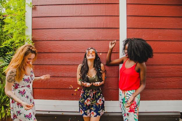 Mädchen feiern mit konfetti