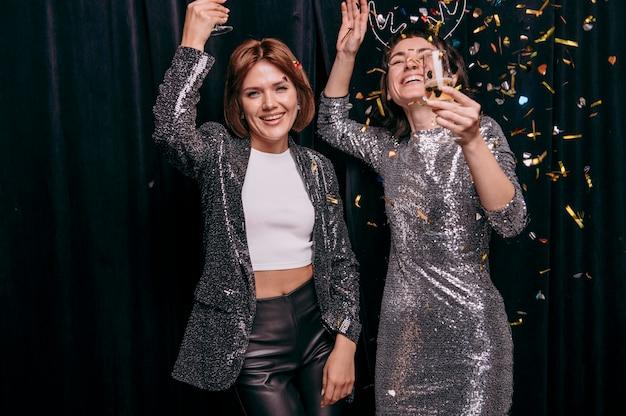 Mädchen feiern silvester zu hause