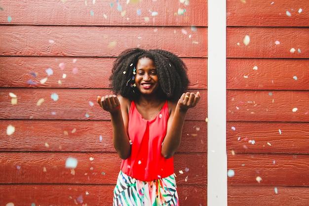 Mädchen feiert mit konfetti