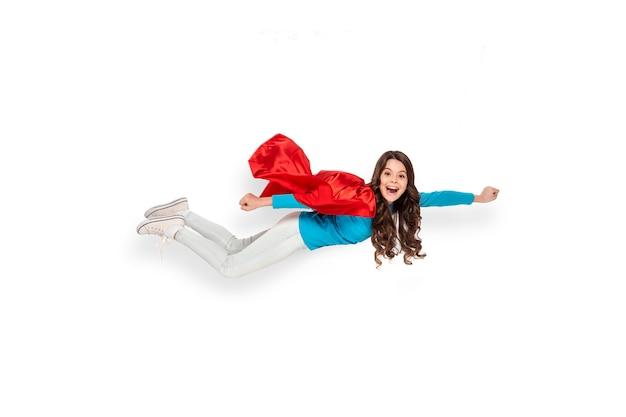 Mädchen fliegt im heldenkostüm