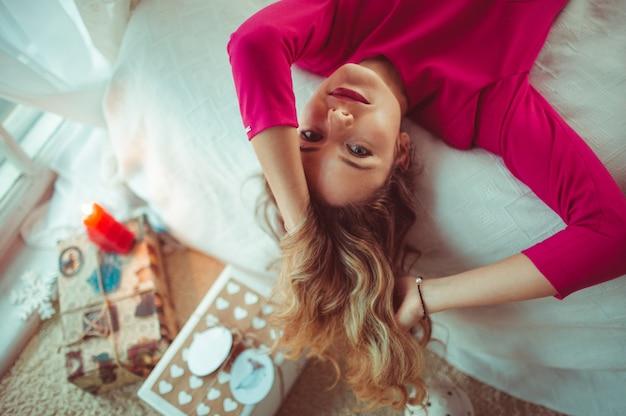 Mädchen frau schönes modell lockig