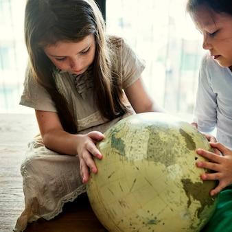 Mädchen-freund-kugel-geografie-konzept