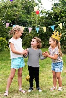 Mädchen-freunde-zusammengehörigkeits-spielkonzept