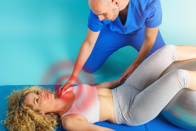 Mädchen führt übungen mit einem physiotherapeuten durch. cyan-hintergrund