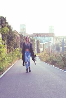 Mädchen geht in der gegend der verlassenen stadt spazieren