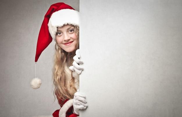 Mädchen, gekleidet wie der weihnachtsmann