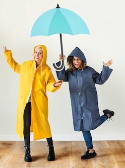 Mädchen genießen die regenzeit