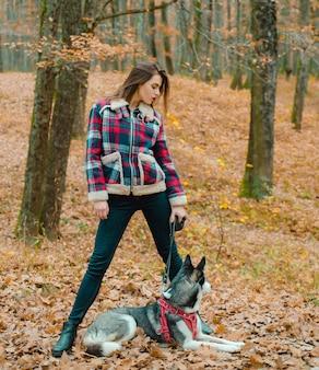 Mädchen genießen spaziergang mit husky hund. siberian husky lieblingshaustier.
