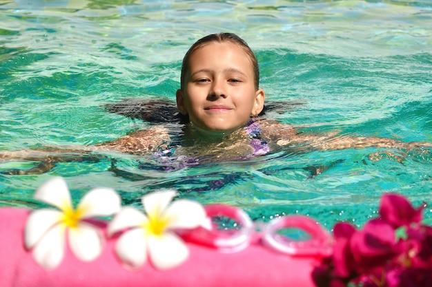 Mädchen genießt im pool. ein erholsamer urlaub auf see. beauty spa konzept für den körper.