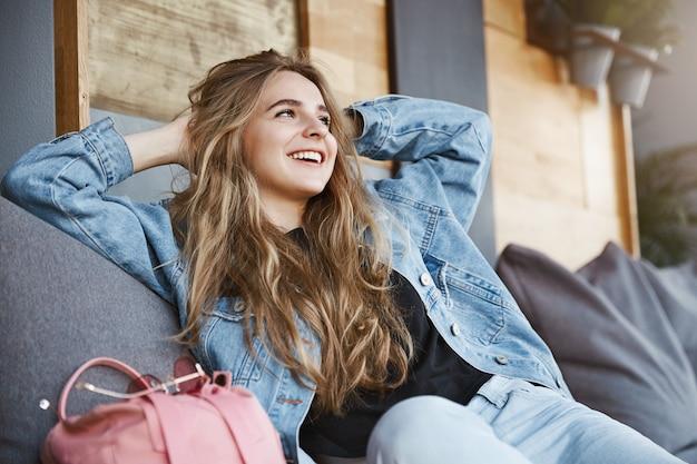 Mädchen glücklich, am leben zu sein, einen schönen tag zu haben. außenaufnahme des erfolgs