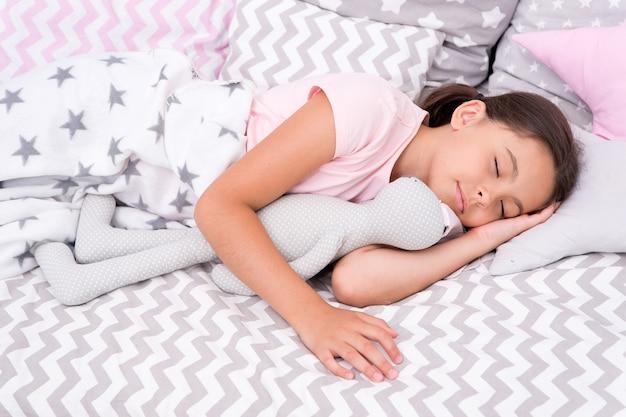 Mädchen glückliches kind legen bettkissen und decke schlafzimmer wiegenlied konzept möglichkeiten, schneller einzuschlafen