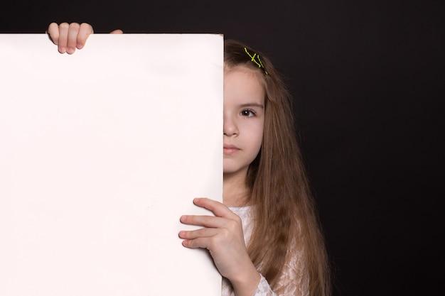 Mädchen hält eine leerstelle für ihre werbung