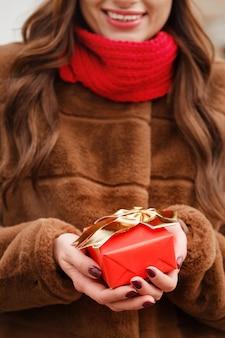 Mädchen hält eine schachtel mit einem geschenk in den händen
