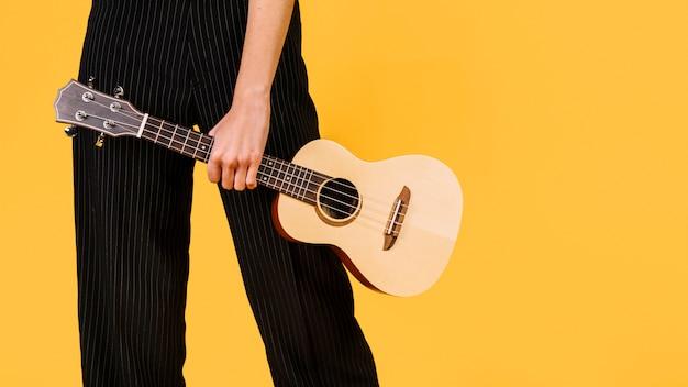 Mädchen hält eine ukulele