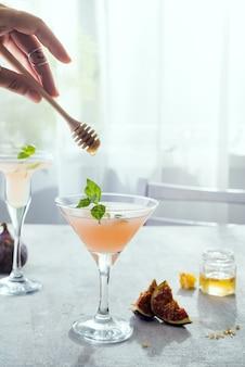 Mädchen hält einen stock über exotischem cocktail