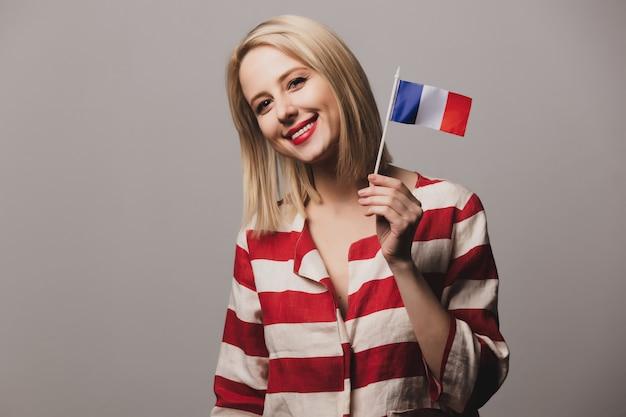Mädchen hält französische flagge