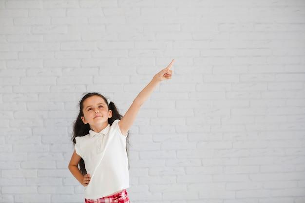 Mädchen hält hand auf taille zeigt weg