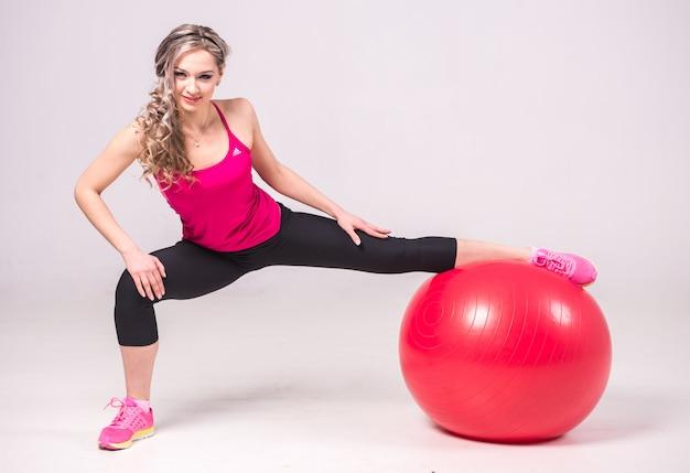 Mädchen hält ihren fuß auf das schwert und trainiert.