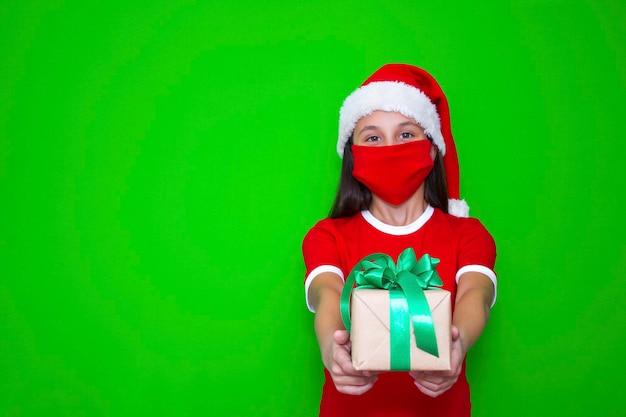 Mädchen hält in ihren händen ein geschenk für weihnachten und neujahr, um werbung zu machen