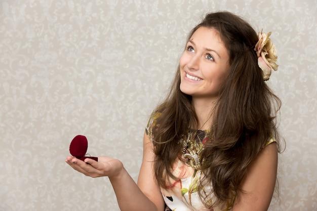 Mädchen hält kasten mit ring