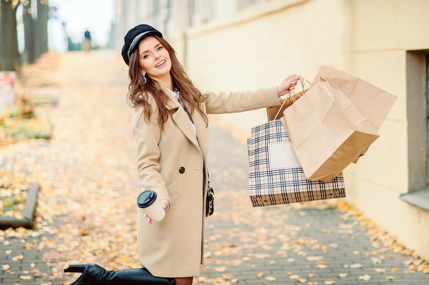 Mädchen hält papierhandwerkspakete im herbst