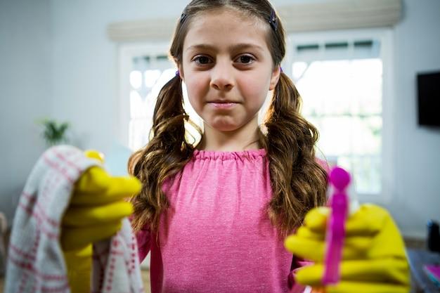 Mädchen hält reinigungsmittel
