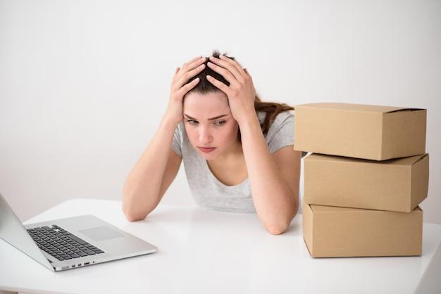Mädchen hält sich am kopf fest. krise im geschäft. kopfschmerzen bei der arbeit. konzeptfehler bei der arbeit.