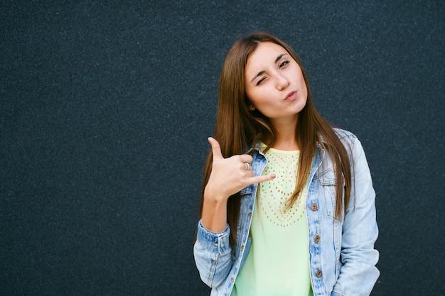 Mädchen handzeichen telefon