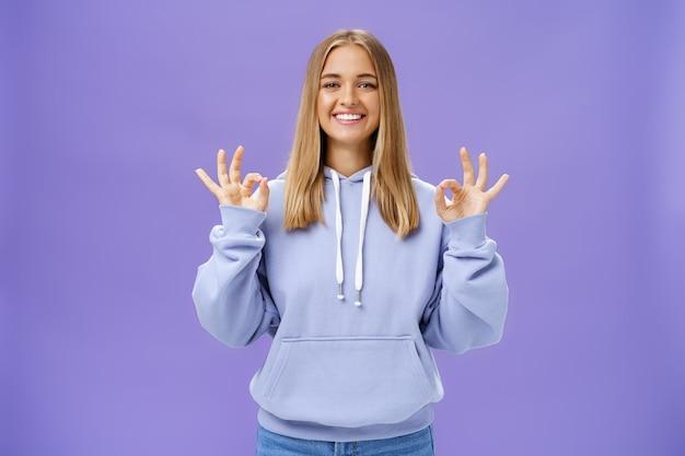 Mädchen hat alles im griff erfreut glückliche charmante frau mit blonden haaren und gebräunter haut mit...