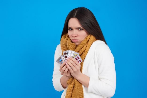 Mädchen hat erkältung, wirft mit pillen auf