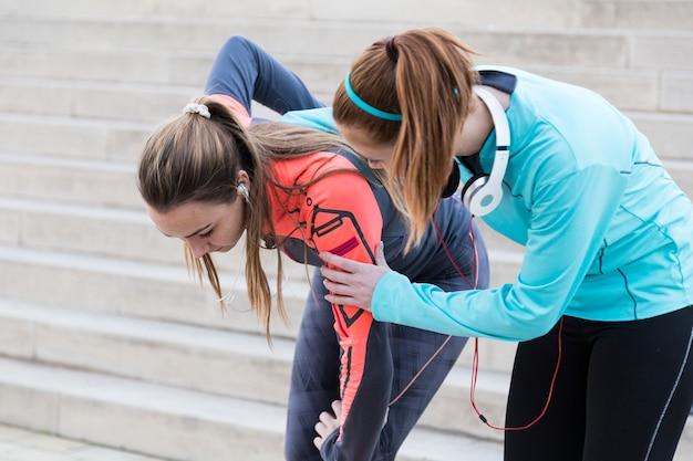 Mädchen helfen, ihre partner