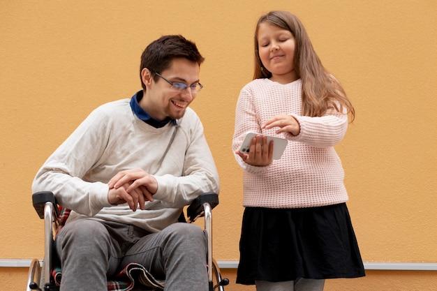 Mädchen hilft behindertem mann