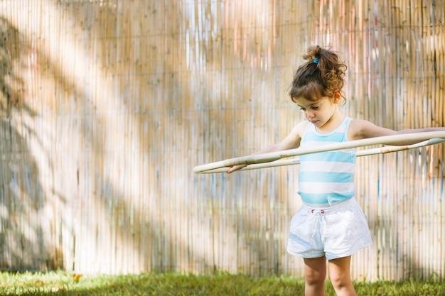 Mädchen hula hoop reifen verdrehen