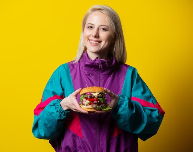 Mädchen im 80er-jahre-kleidungsstil mit burger