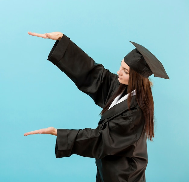 Mädchen im akademischen anzug messen