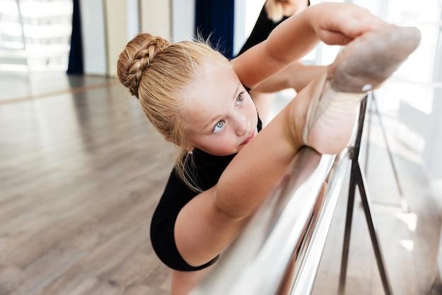 Mädchen im ballettunterricht