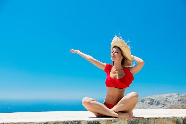 Mädchen im bikini mit blauem meer und himmel
