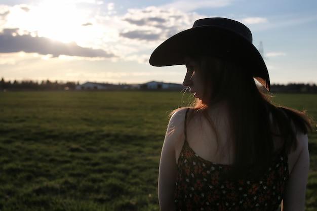 Mädchen im freien feld sonnenuntergang texas hut