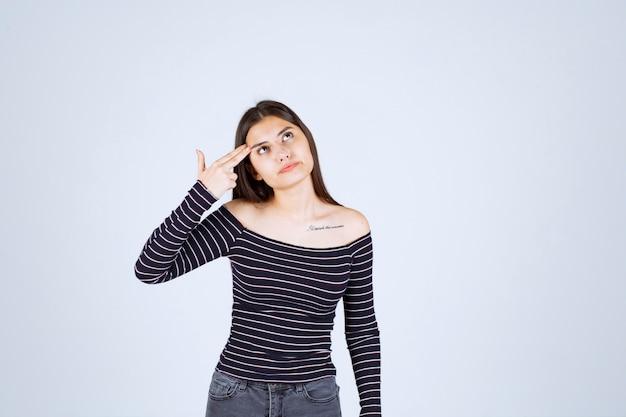 Mädchen im gestreiften hemd denken und analisieren.