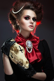 Mädchen im gotischen kunststil mit kreativem make-up.